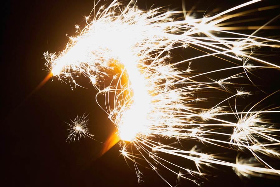 一位網帥PO出在KTV包廂玩仙女棒的限時動態,引起網友暴怒。(示意圖/Shutterstock)