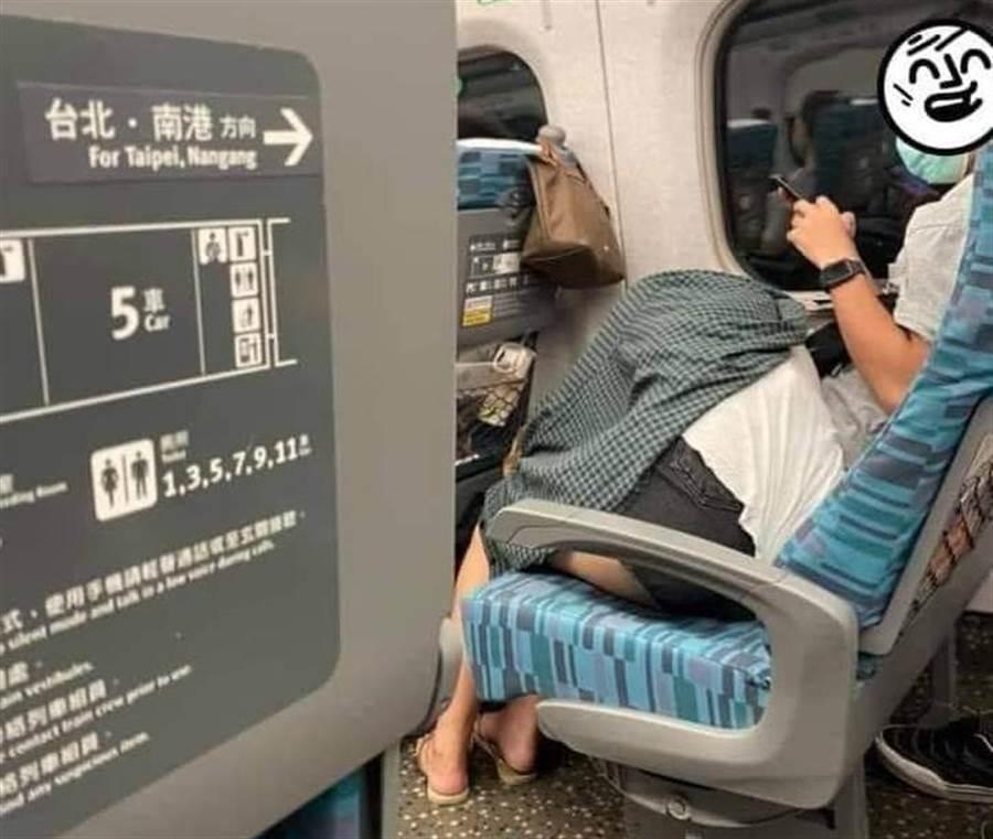 一名網友在搭乘高鐵時,看見座位前方的女生用奇怪姿勢躺在男生的腿上睡覺,並將外套遮住上半身,於是好奇拍下這一幕。(摘自爆廢公社二館)