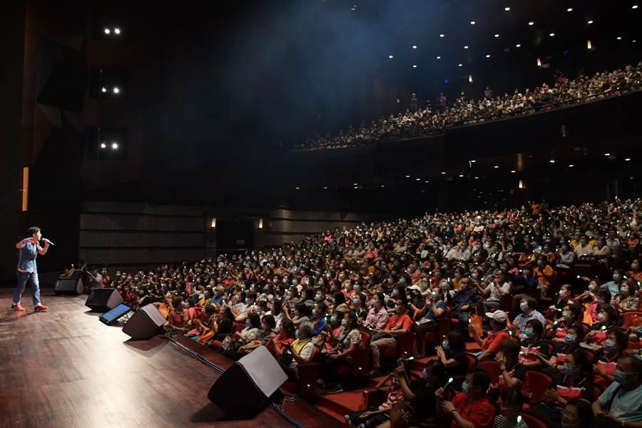 「讓奉獻成為一種榮耀」公益演唱會下午在員林演藝廳開唱,由葉佳修、曾淑勤等知名民歌手獻唱,向無私奉獻辛苦付出的志工們致敬,現場氣氛感動滿滿。(謝瓊雲攝)