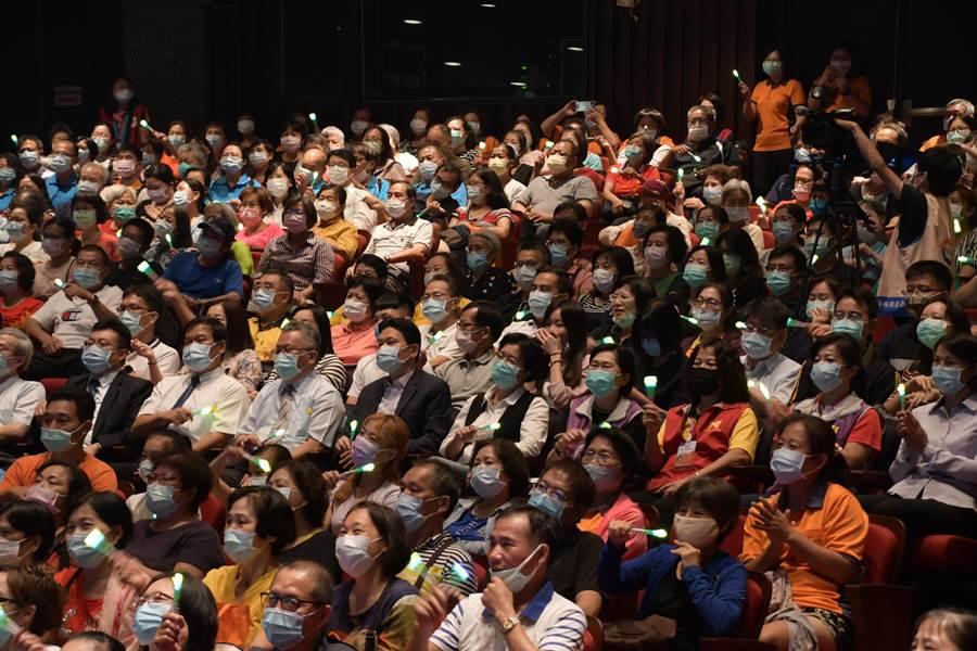 公益演唱會吸引超過1200位彰化縣社福、衛生、環保、教育等局處及員榮醫院志工參加活動,座無虛席、氣氛嗨翻。(謝瓊雲攝)