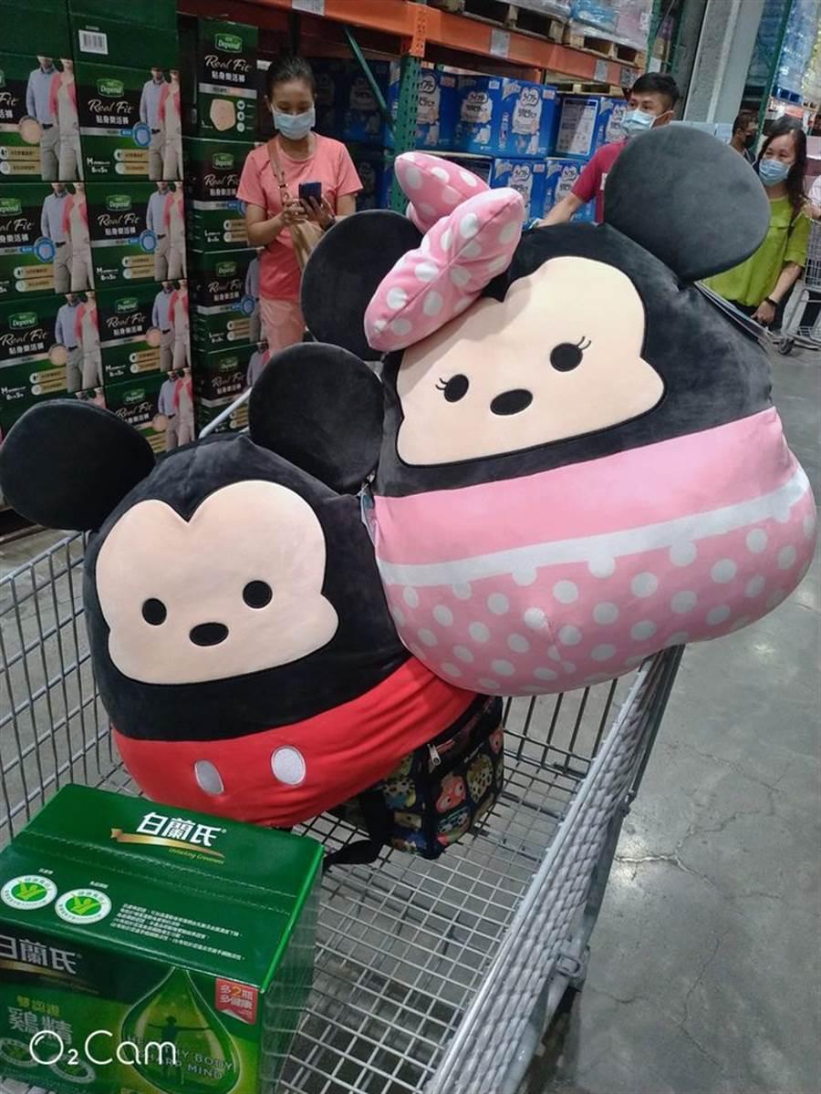 近日有民眾在賣場內驚見路人抱著「巨無霸Tsum Tsum」,瞬間讓她少女心爆發,馬上手刀購入2隻。(摘自Costco好市多商品經驗老實說)
