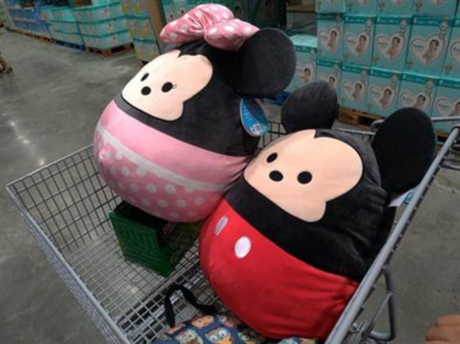 近日有民眾在賣場內驚見路人抱著「巨無霸Tsum Tsum」,瞬間讓她少女心爆發。(摘自Costco好市多商品經驗老實說)