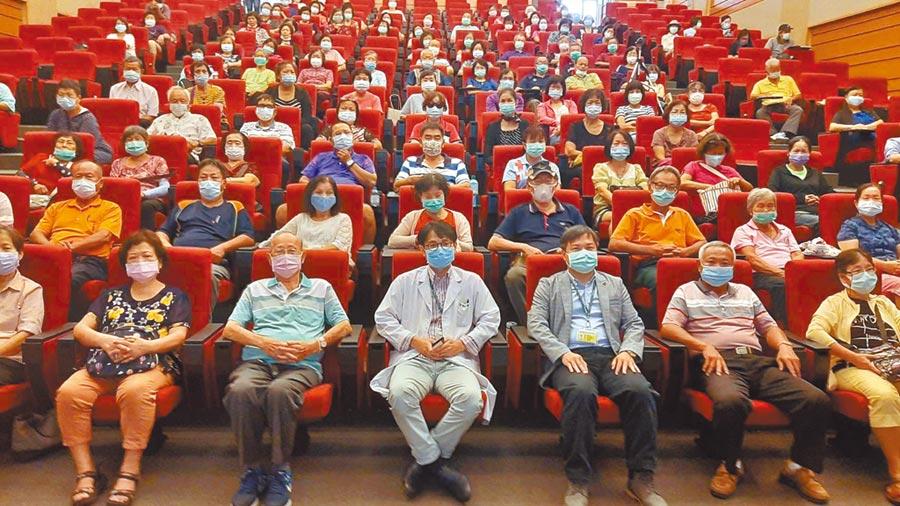 彰濱秀傳醫院國際會議中心12日舉辦「享瘦生活向糖尿病說掰掰」健康講座,吸引許多長者、民眾前來聆聽。(謝瓊雲攝)