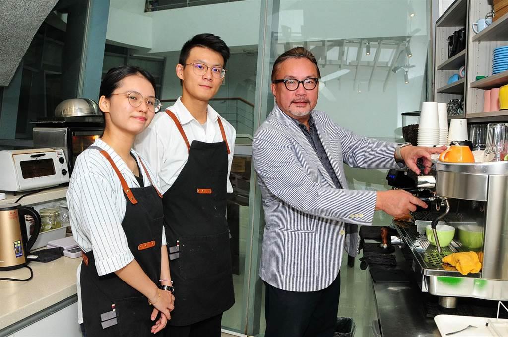 靜宜「主顧咖啡」由學生自主經營,提供實作場域,以學習取代工讀,在完成學業同時,能習得一技之長或第二專長,有助未來就業或創業!(陳世宗攝)