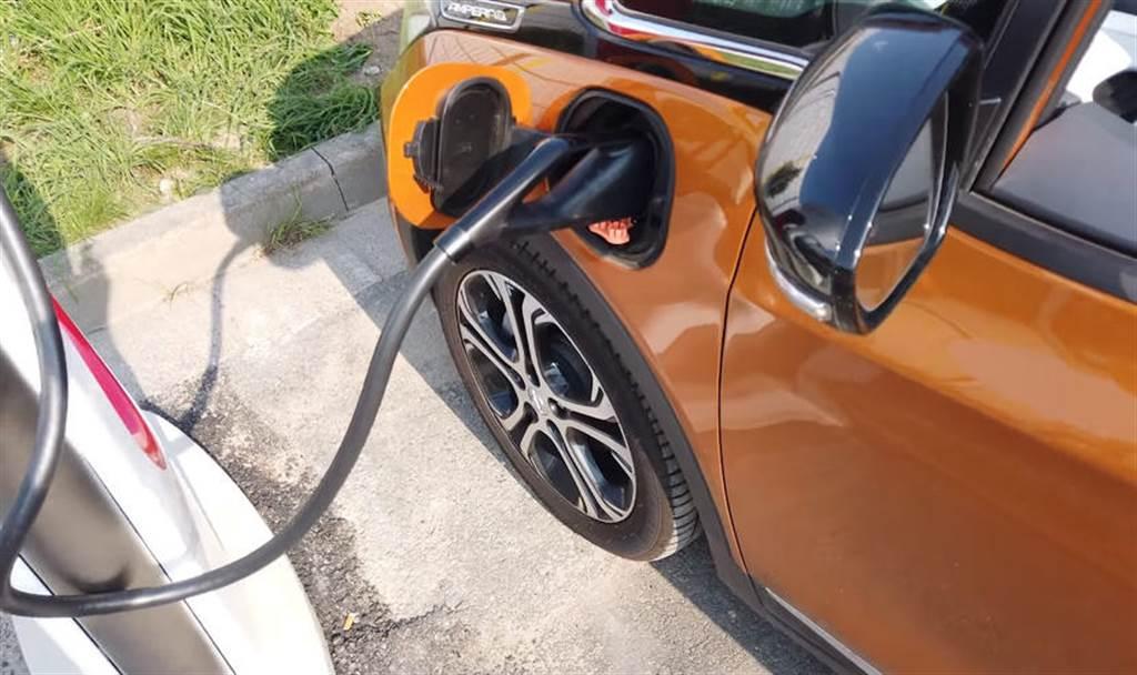 特斯拉 V3 超充有漏洞?不分品牌電動車,統統免費充電吃到飽