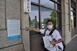 男不滿被訴 穿恐龍T桃檢前抗議檢察官