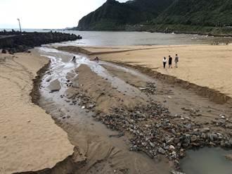 大武崙沙灘驚見百尺河道 遊客直呼奇景