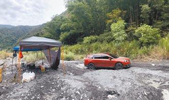 爬車頂 踹帳篷 2人撿回一命