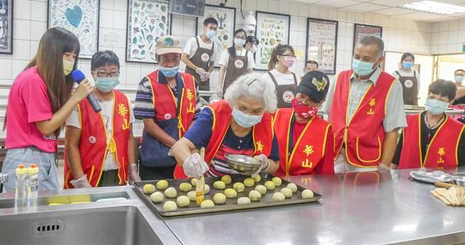華山長輩在明新科大廚藝教室當「一日烘焙師」,由同學陪伴製作蛋黃酥,體驗烘焙樂趣。(羅浚濱攝)