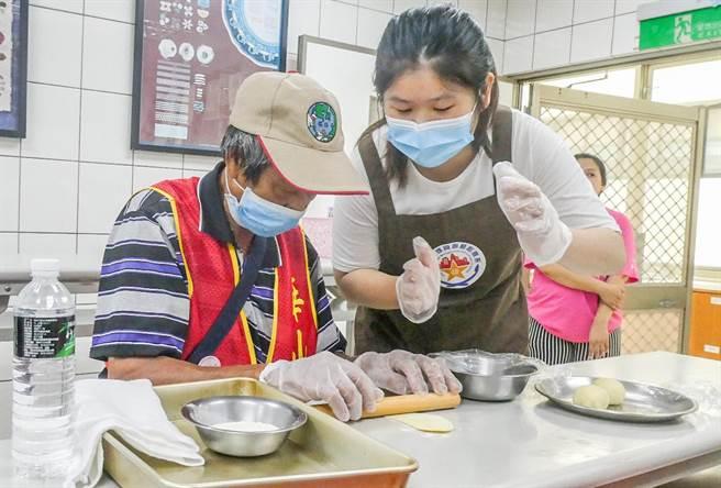 明新科大同學陪伴華山長輩製作蛋黃酥,體驗烘焙樂趣。(羅浚濱攝)
