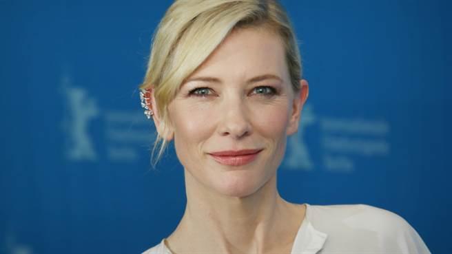 51歲影后凱特·布蘭琪(Cate Blanchett)「上半身透視又深V」張手洩超狂曲線(圖/shutterstock)