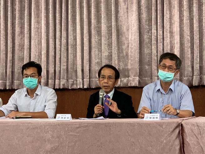 高市副市長林欽榮(中)要求周三提出完整報告,並於周四對外公告。(柯宗緯攝)