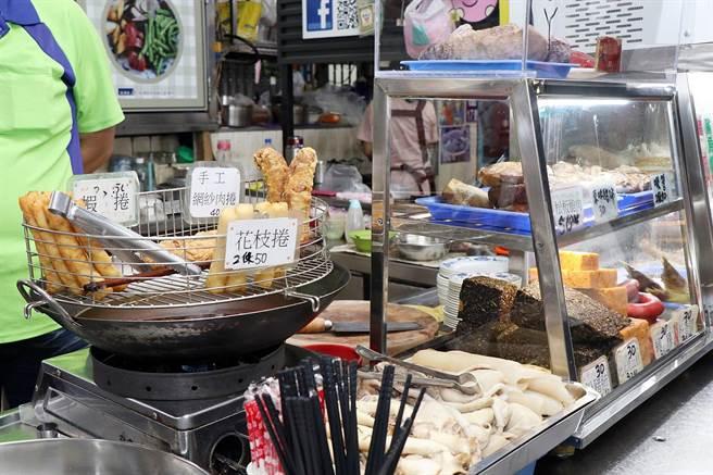 嘉義市衛生局近日陸續到嘉市3大夜市、7大傳統市場進行宣導,並發放「豬肉來源產地標示貼紙」給業者。(呂妍庭攝)