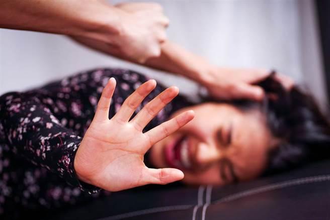 印度一名17歲青少年,因不滿妹妹在家電話講不停,發生激烈爭吵後,跑到房間裡拿出一把槍,朝妹妹的腹部開了一槍。(示意圖/達志影像)