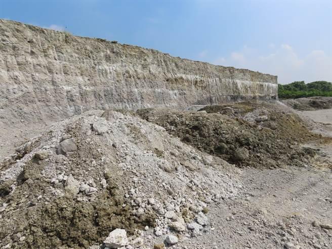 台南市政府環保局要求明祥馨公司,須在180天內完成農地掩埋爐渣的清理工作,目前挖出的爐渣都運往該公司位於學甲工業區的級配堆置場。(莊曜聰攝)