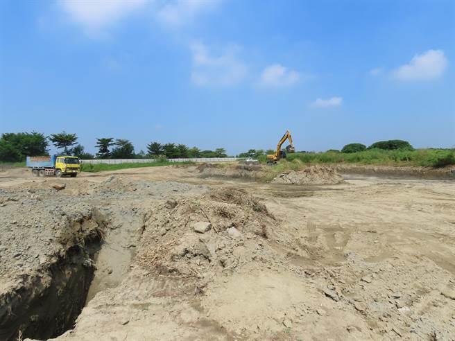 台南市政府環保局要求明祥馨公司,須在180天內完成農地掩埋爐渣的清理工作,該區塊緊鄰2015年間該公司遭查獲違反廢棄物清理法、區域計畫法的農地,多位市議員質疑掩埋爐渣的地點可能還有更多。(莊曜聰攝)