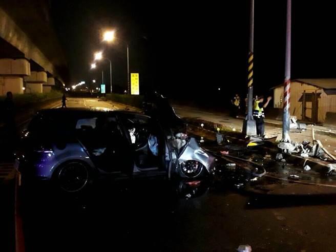 台南市永康区13日晚间发生汽机车对撞,酿1死2童重伤。因撞击力道强烈,机车甚至喷飞数10公尺,致起火燃烧。(读者提供/李宜杰台南传真)