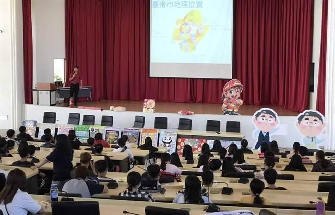 麻豆消防分队到台湾首府大学进行防灾宣导,制作多种道具与台下学生互动。(麻豆消防分队提供/庄曜聪台南传真)