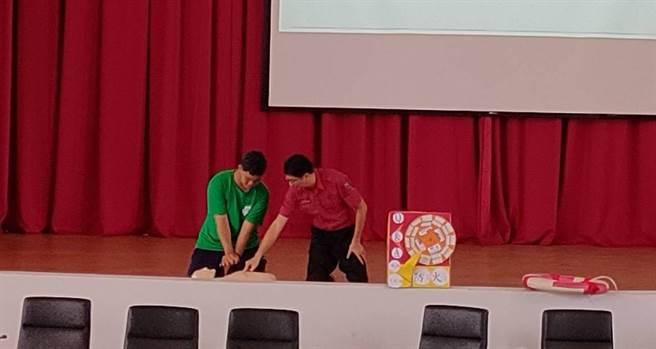 麻豆消防分队到台湾首府大学进行防灾宣导,传授CPR技巧,危急时刻争取救人时间。(麻豆消防分队提供/庄曜聪台南传真)