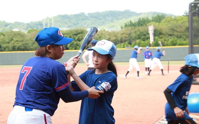 體驗營教練細心調整學童姿勢。(女棒協會提供)