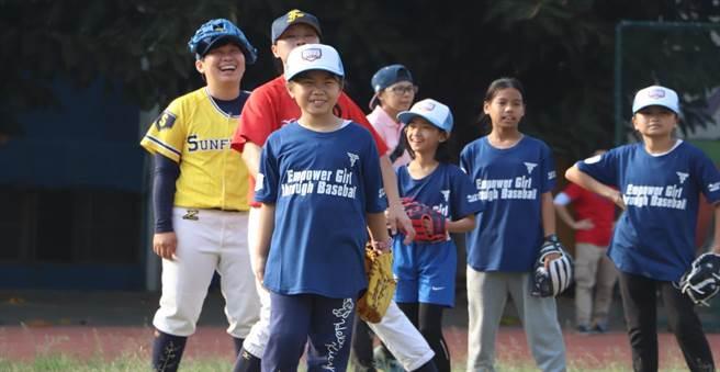 體驗營上的女孩們都能開心享受棒球的樂趣。(女棒協會提供)