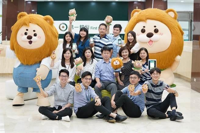 第一銀行攜手Money錢推出「夢想存錢計畫」,第一銀行副總經理劉培文(二排中)與團隊成員合照。(圖/第一銀行提供)