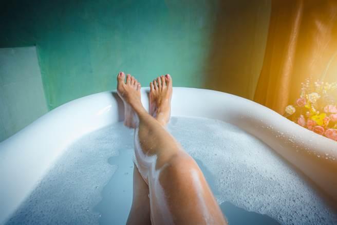 網友無奈分享,媽媽誤拿砂糖讓他當入浴劑使用。(示意圖/Shutterstock)