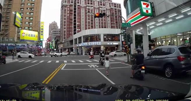女童在馬路上遊蕩,嚇壞不少路人。(圖/翻攝自爆料公社)