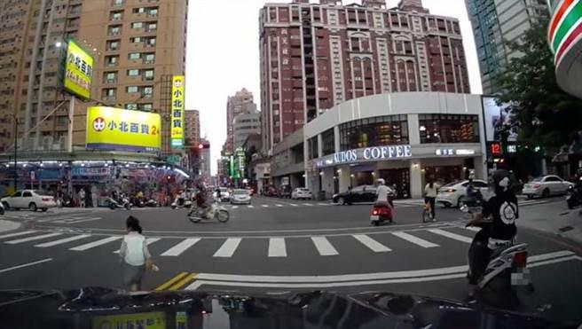 駕駛擔心女童出意外,趕緊跟在後頭幫忙擋車。(圖/翻攝自爆料公社)