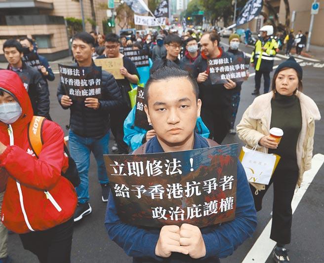 民進黨靠著「反送中」牌無往不利,但取得政權後,他們的「撐法」難以落實,既然如此,民進黨應該說實話,別再予港人錯誤期待。圖為公民團體「國際社會主義前進(ISF)」2020年1月19日舉行「台灣庇護香港抗爭者遊行」,遊行民眾質疑民進黨政府未拿出實際作為修法保障港人。(本報資料照片)