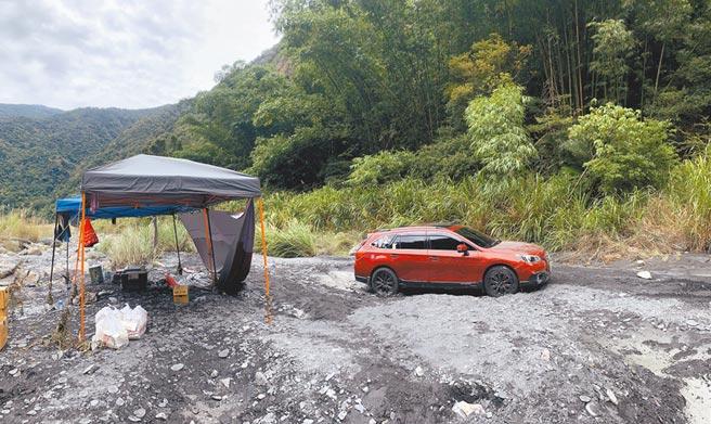 台中市遊客在濁水溪的露營現場,客廳帳仍殘存,但主人已經回不來。(廖志晃攝)