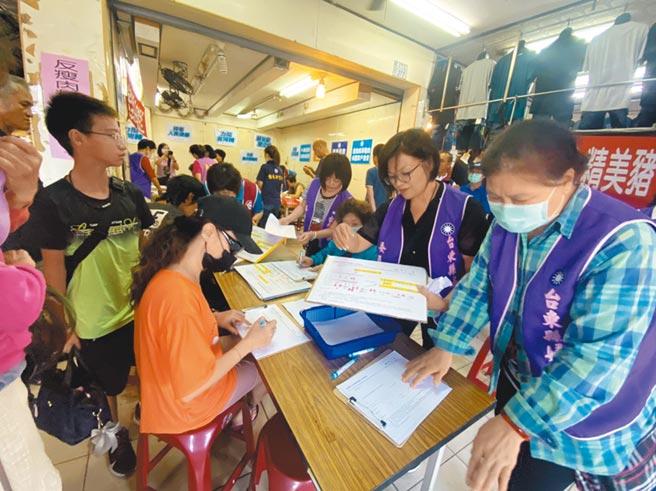 國民黨啟動反萊豬食安公投連署,台東鄉親踴躍參與連署活動,守護自己的健康。(蔡旻妤攝)