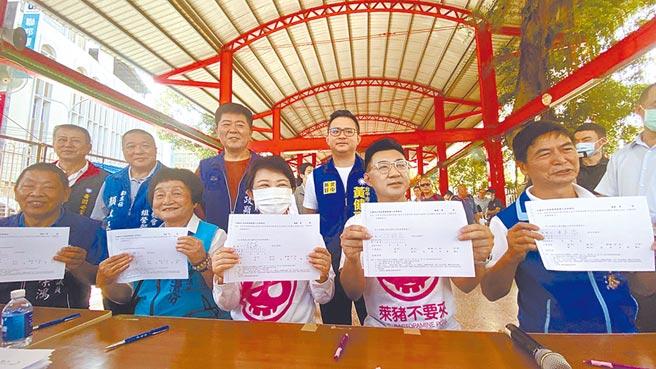 國民黨主席江啟臣(前排右二)、台中市長盧秀燕(前排中)連署「反萊豬」公投。(王文吉攝)