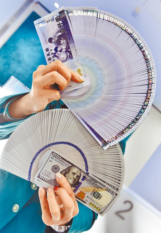 新台幣強勢升值,傳出中央銀行祭出「限賣令」,央行強調是「善意勸導」單次掛單金額不宜過大,並非禁令。(本報資料照)
