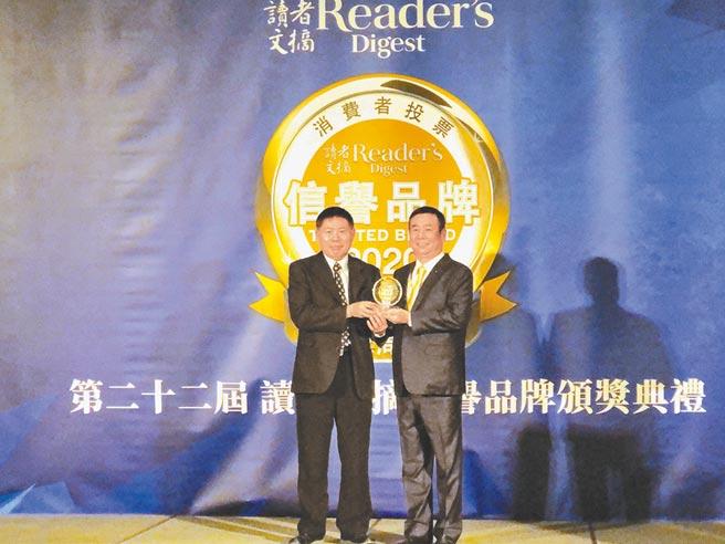 台灣中油加油站連續第20年獲頒「信譽品牌白金獎」最高殊榮,國光牌潤滑油接連2年獲得金獎。(台灣中油提供/巫靜婷苗栗傳真)