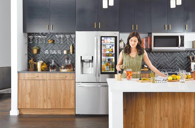 LG Smart InstaView敲敲看門中門冰箱,擁有29吋觸控式螢幕,在螢幕上點2下更能從顯示轉為透明窗格,冰箱內的食材一覽無遺。(LG Newsroom)