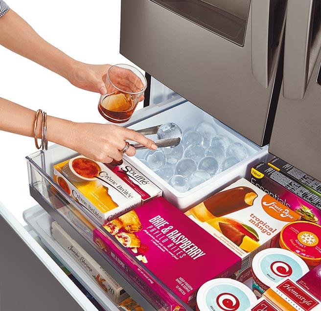 LG InstaView WiFi敲敲看門中門冰箱GR-QBFL87BS 821L,加入全球首創球形製冰器,每日自動製作球形冰塊,13萬9000元。(LG Newsroom)