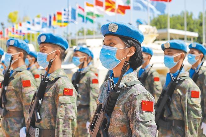 8月14日,大陸第18批與第19批赴黎巴嫩維和部隊交接儀式,解放軍身穿「星空迷彩」出席。(新華社)