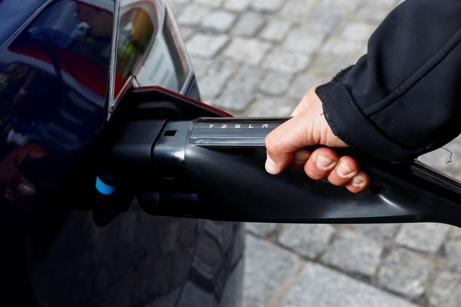特斯拉電池日預期將會發布新電池細節,持續朝超越燃油車行駛里程邁進。路透資料照