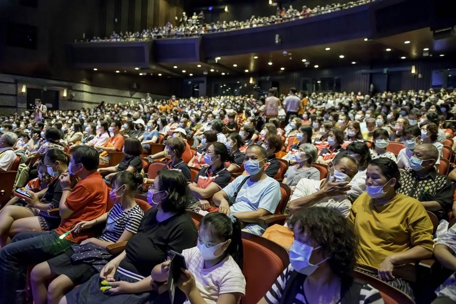千位出席志工熱情參加演唱會活動。(張曜提供)