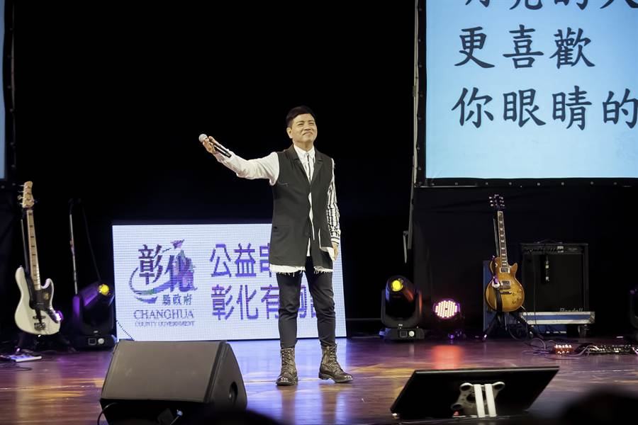 金鐘獎主持人陳凱倫高歌獻唱愛的眼睛。(張曜提供)