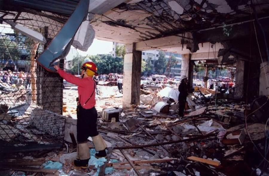 武界壩目前排除蛇鼠釀禍,而翻開過去資料發現,26年前真的有因鼠害大爆炸,釀2死悲劇,圖為當年北市爆炸時現場。(圖/中時資料照)