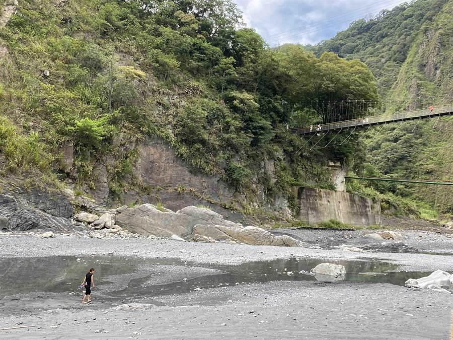 武界河床為管制灰色地帶,如遇遊客進入,警方多柔性勸離(黃立杰攝)