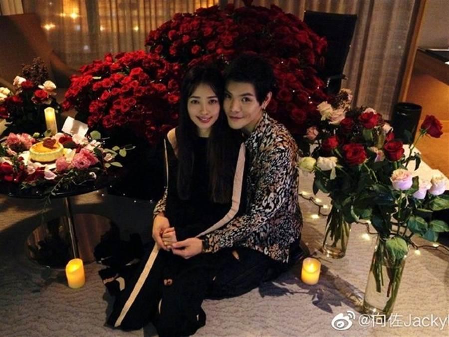 向佐和郭碧婷結婚一年,將升格當新手爸媽。(圖/翻攝自微博)