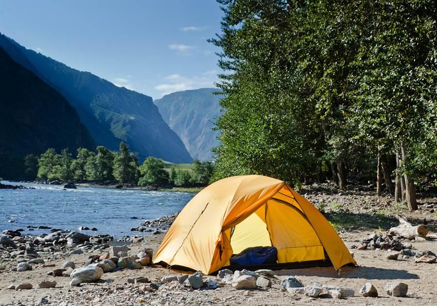 近幾年戶外露營活動熱度竄升,近日卻發生溪水暴漲傷亡憾事。網友更翻出以前溪水暴漲震撼影片。(示意圖/Shutterstock)