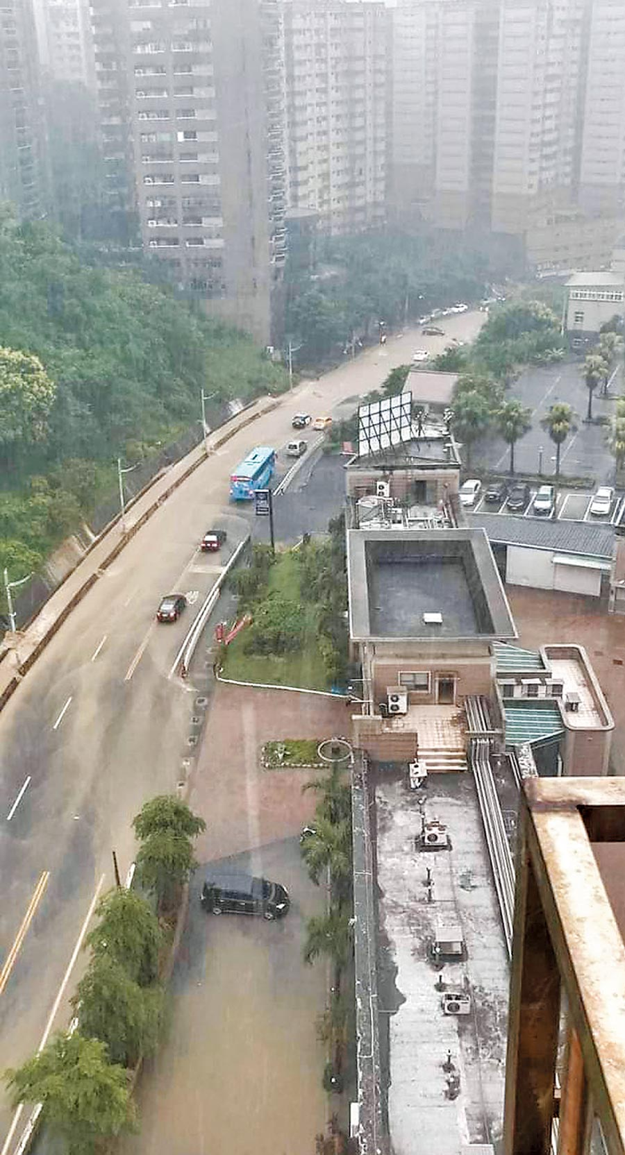 樂利三街與基金一路大淹水,整條道路被充滿泥濘的雨水淹沒。(立委蔡適應提供/陳彩玲基隆傳真)