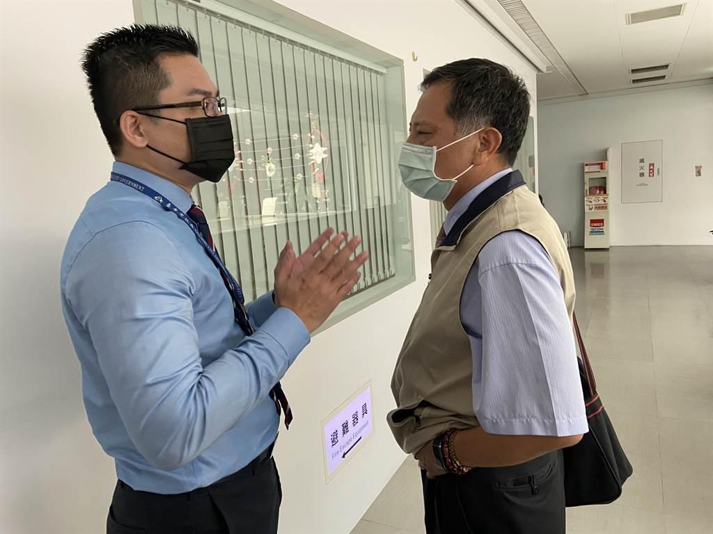 台中市研考會主委吳皇昇(左)向詹政曇表達市府立場,表示「只要和中央時間相符,等待務部來協商」。(盧金足攝)