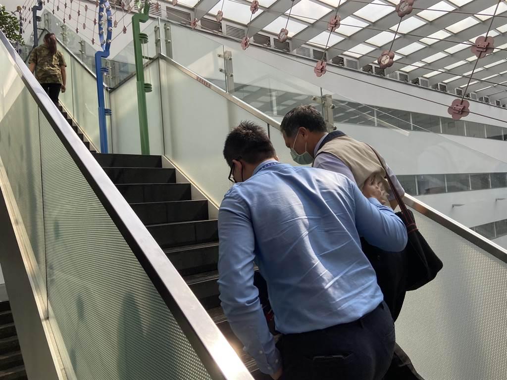 台中市研考會主委吳皇昇搭著詹政曇的肩膀表達市府立場,表示「只要和中央時間相符,等待務部來協商」,還向詹說「我陪你進辦公室」。(盧金足攝)