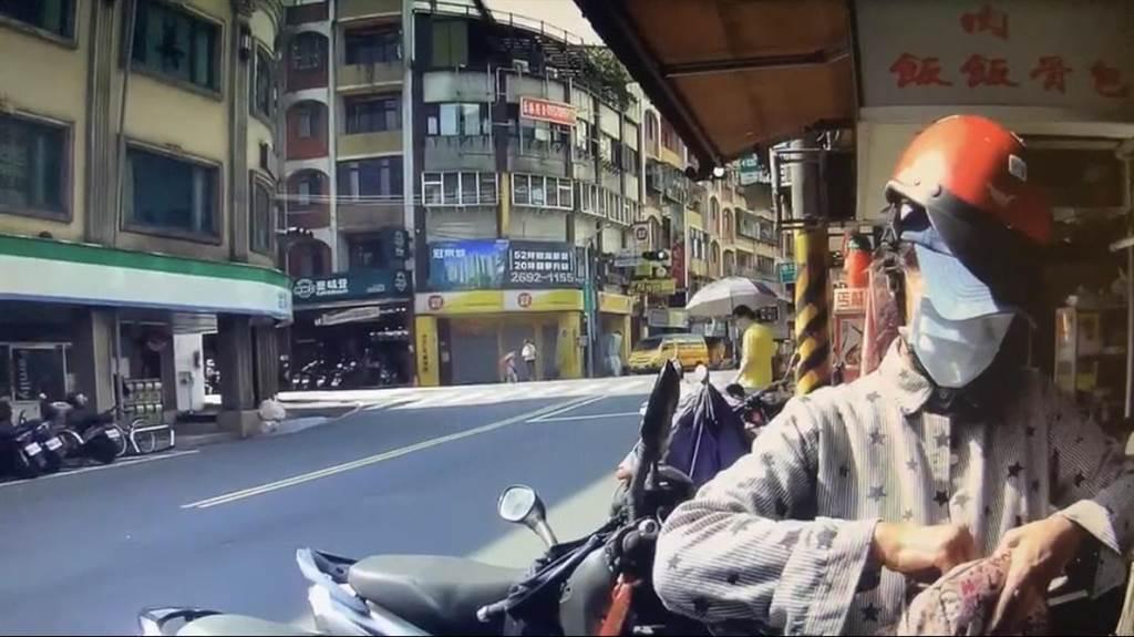 汐止59歲鄭姓婦人騎車逆向買東西,被員警撞見開罰,意外發現她竟被通緝17年。(汐止警分局提供/許家寧新北傳真)