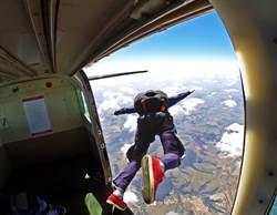 男一槍燃爆降落傘「3秒燒光光」 高空中驚悚玩命